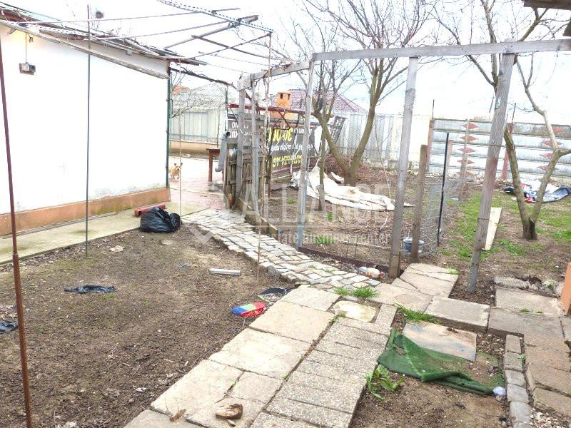 CUMPANA - Casa la sol, cu o gradina si curte mare, ideala pentru relaxare.